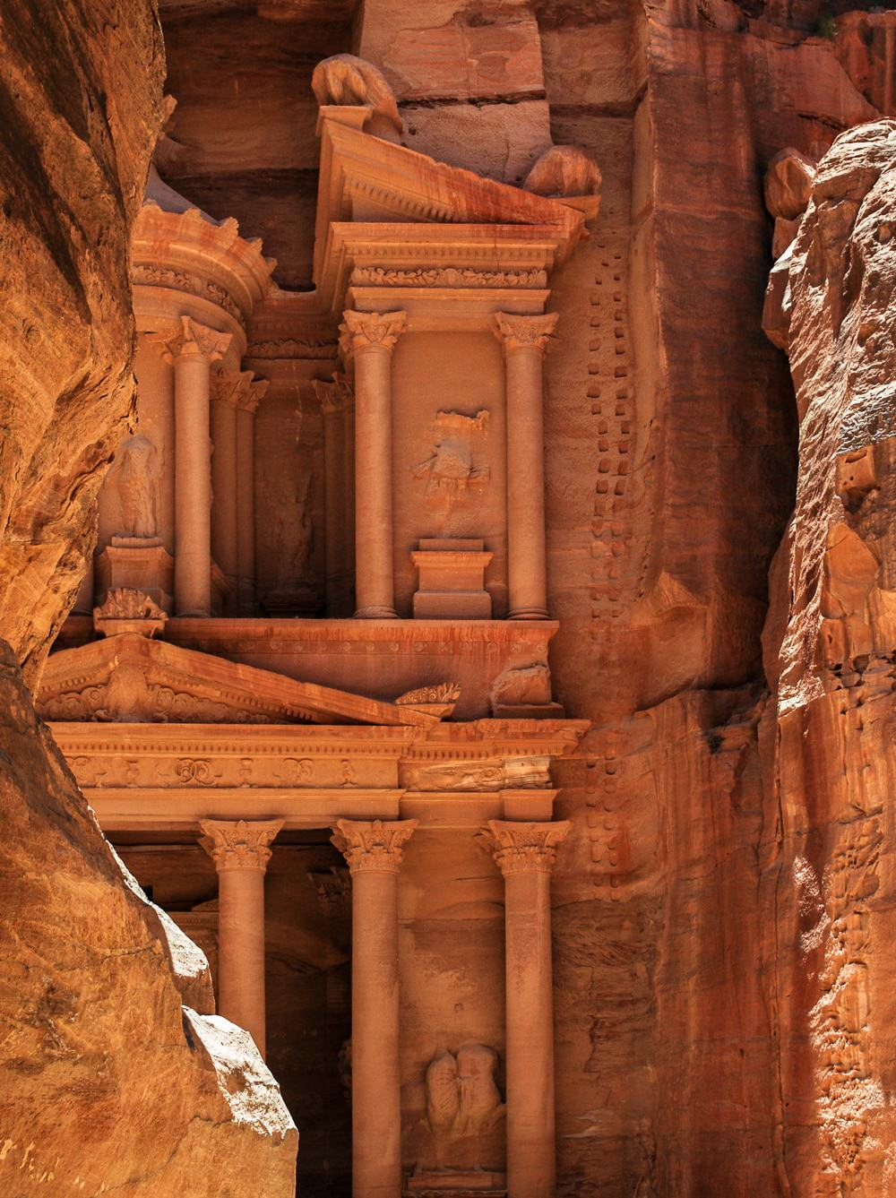 Become Indiana Jones for a day! Petra is one of the wonders of the world. Here you will find the most wonderful things not to miss while visiting Petra.