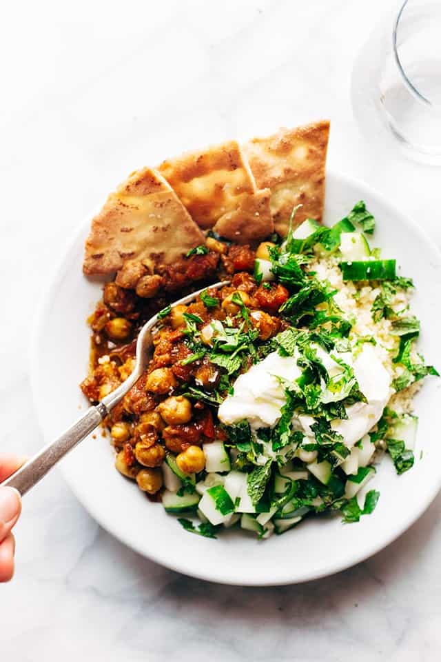 I love chickpeas. They are filling, packed with proteins and fiber and tasty! Detox food doesn't have to be nasty and boring: this healthy bowl gives you a lot of nutrition but it also tastes like heaven! If you have been eating out a lot, or you feel like you need something good for you after indulging during the holidays, this is for you!