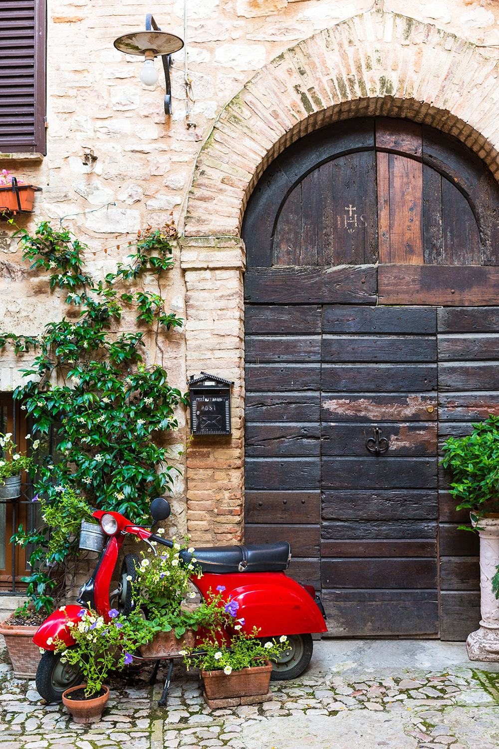 A Vespa in a beautiful corner in Italy | You have to read these travel tips before visiting Italy!