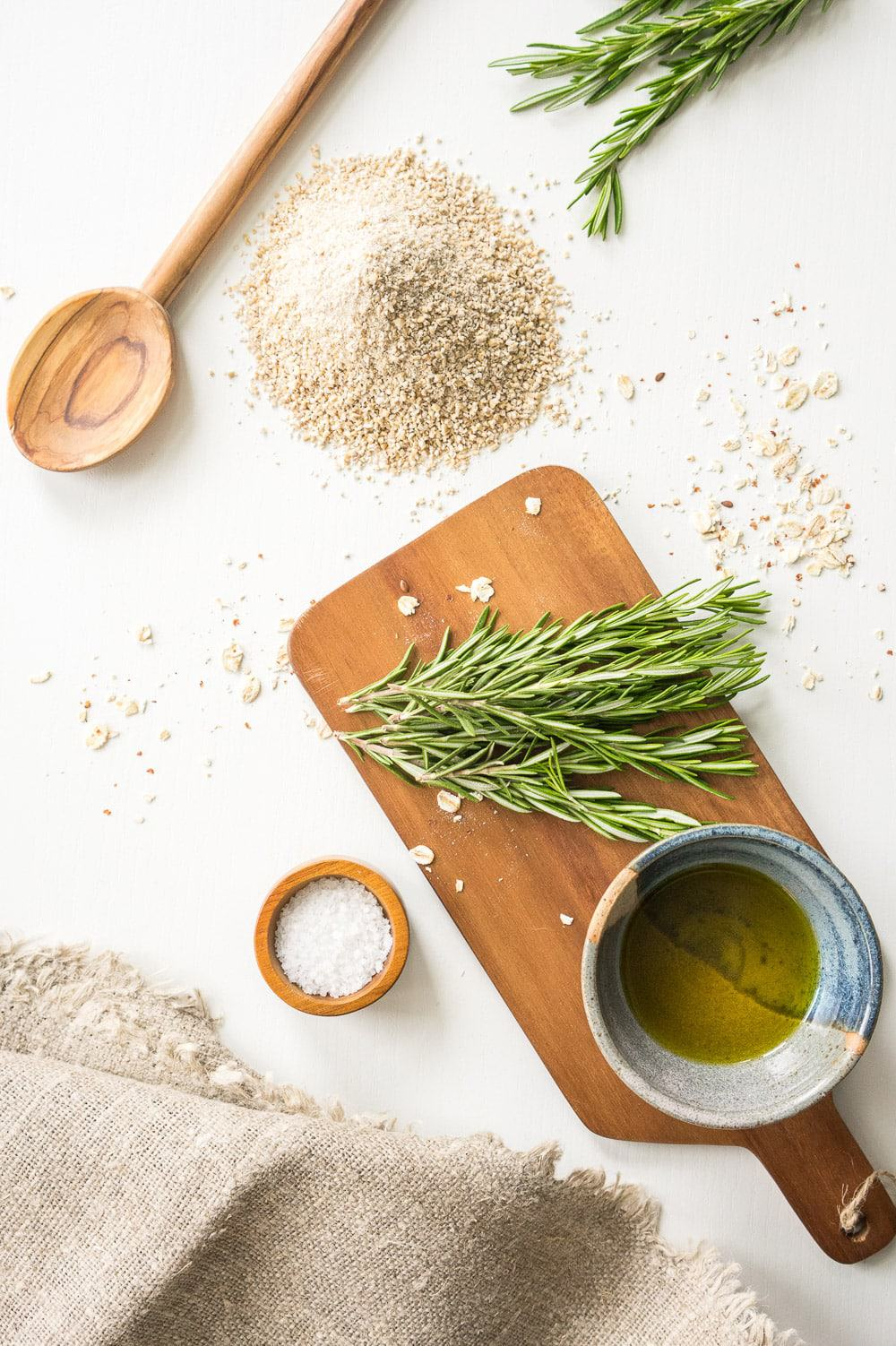 Oatmeal, rosemary, extra virgin olive oil, salt: A homemade healthy oatcakes recipe that makes the perfect everyday snack: with 5 simple ingredients these oatcakes are so easy to make! And you won't be able to stop eating them!