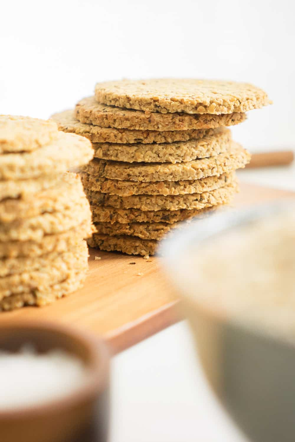 A homemade healthy oatcakes recipe that makes the perfect everyday snack: with 5 simple ingredients these oatcakes are so easy to make! And you won't be able to stop eating them!