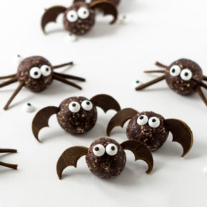 These spooky little monsters are more cute than scary! They are super easy to make, vegan, healthy and delicious and are perfect as Halloween treats! Who doesn't love Halloween spiders and bats?