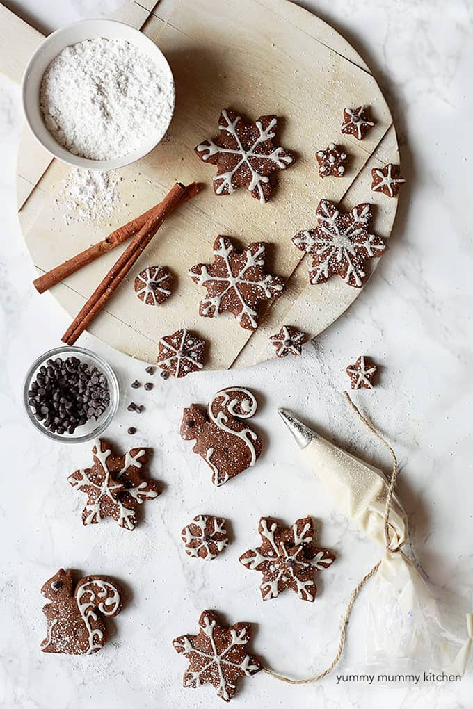 Vegan Gingerbread Cookies @ Yummy Mummy Kitchen: You absolutely need to bake all these delicious vegan Christmas cookies! They are scrumptious, delicious and EVERYONE will love them!