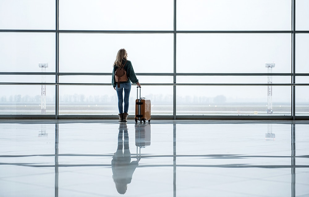 Girl at the airport: find out the best travel tips and hacks and change the way you travel!