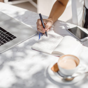 Want to make money writing? Learn how to become a freelance writer and earn money online, following these 8 simple steps to success!