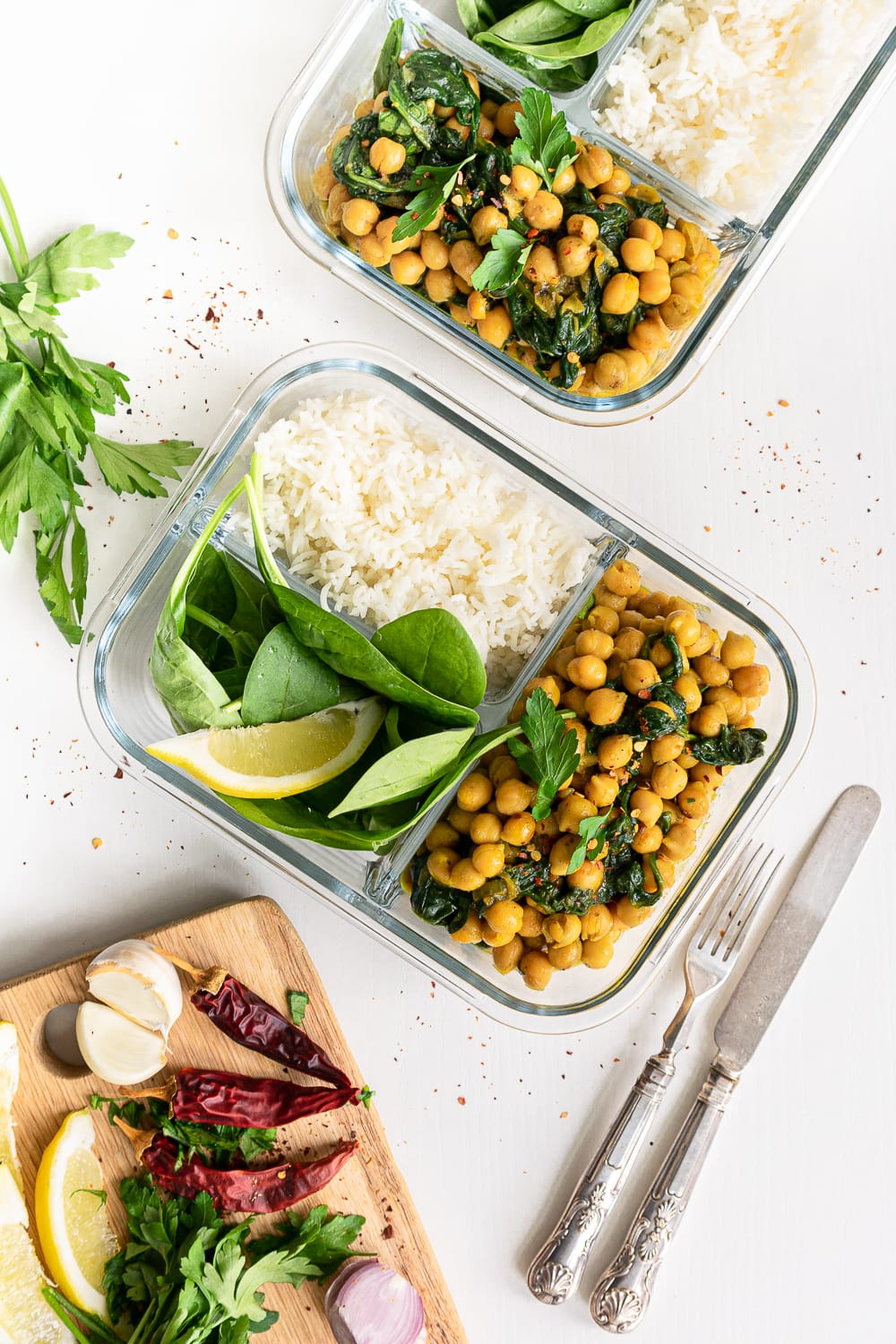A delicious chickpea curry in meal prep containers: the perfect dish to meal prep on Sunday!