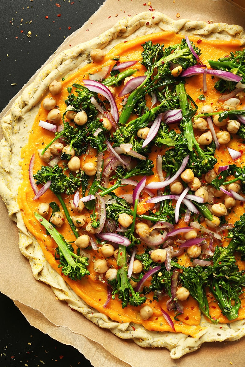 Butternut Squash Veggie Pizza from The Minimalist Baker: a delicious autumnal pizza