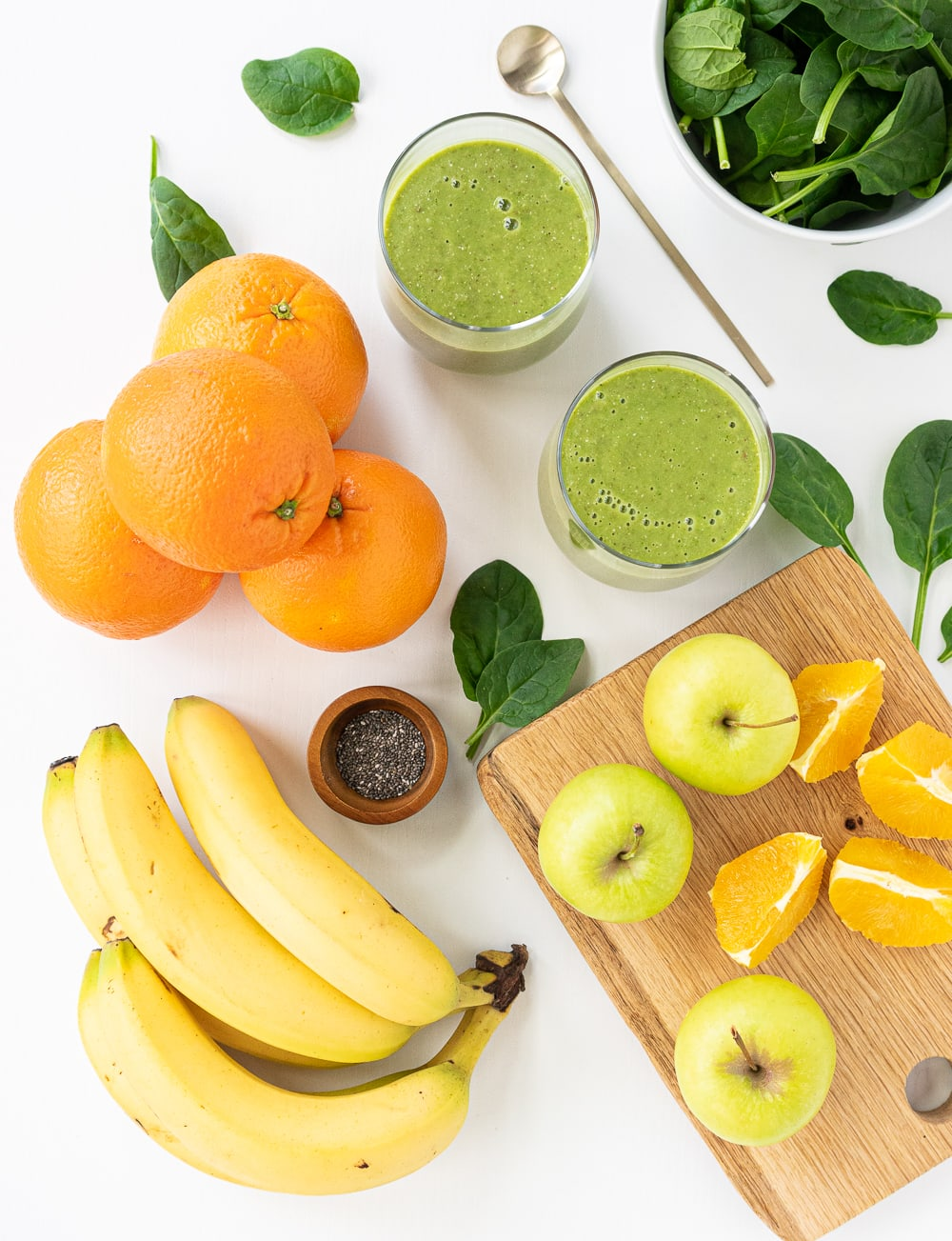Green smoothies: 2 servings in glasses