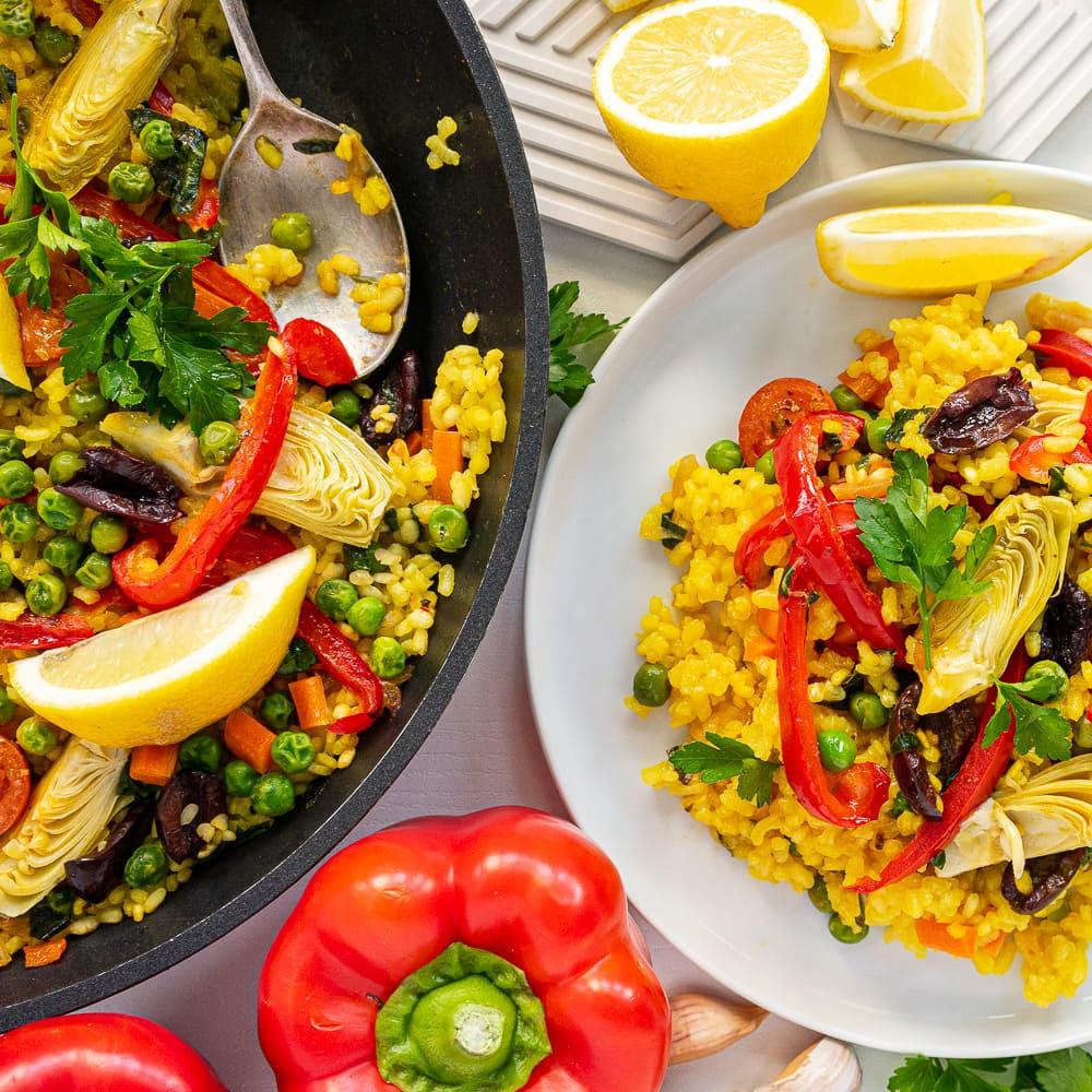Vista superior do prato e panela com paella vegetariana